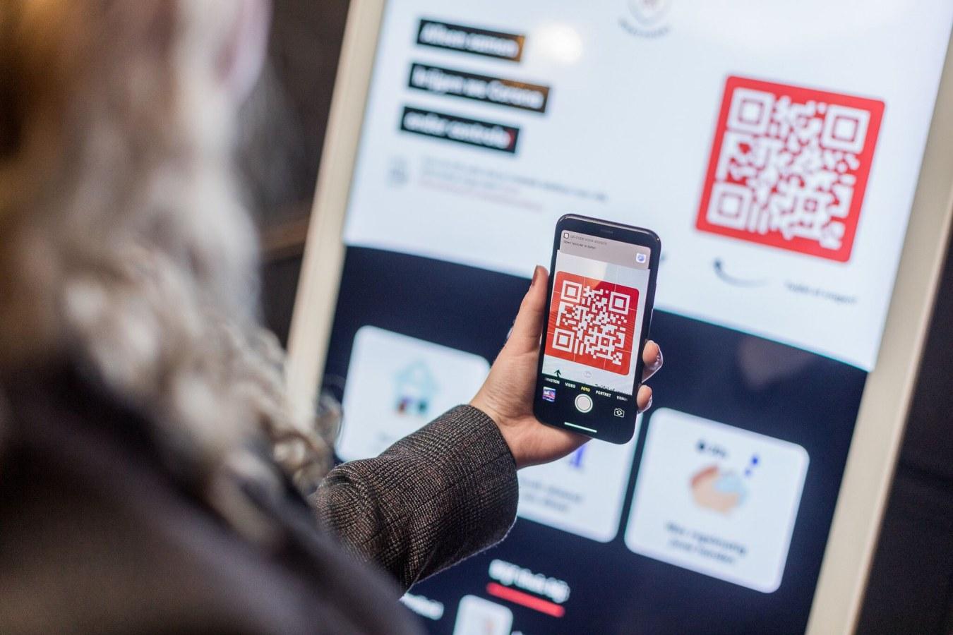 Corona informatiezuil wordt bediend met smartphone QR code